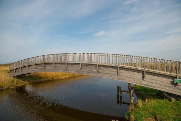 Mooie foto van een brug over een rivier op een heldere hemelachtergrond