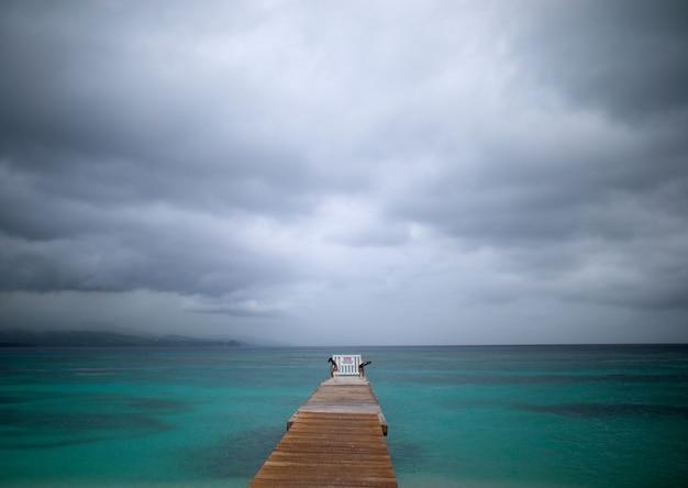 Mooie foto van een houten brug over een blauwe jamaicaanse oceaan