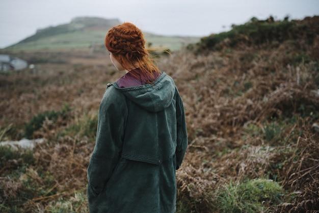Mooie foto van een roodharig vrouwtje in een groen jasje