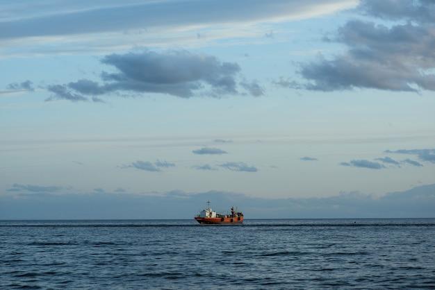 Mooie foto van een schip dat vaart in de zee in het zuiden van chili, punta arenas