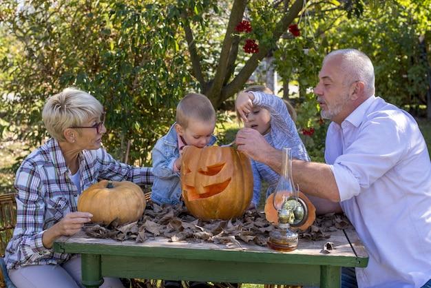 Mooie foto van grootouders met hun kleinkinderen die zich klaarmaken voor halloween