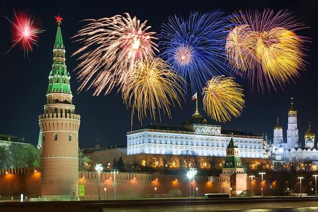 Mooie foto van het russische kremlin van moskou 's nachts.