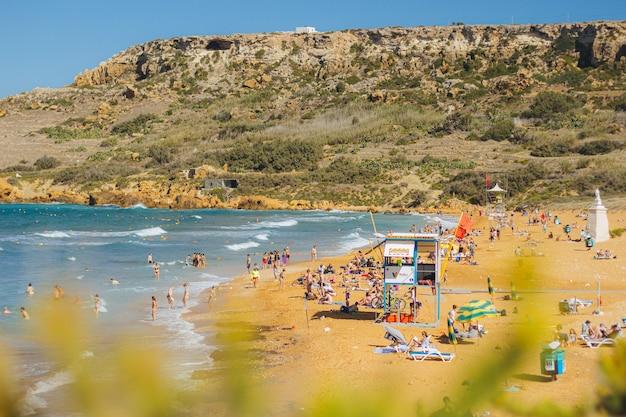 Mooie foto van mensen op het strand tijdens zonnig