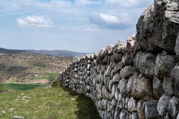 Mooie foto van oude hettitische oude muren in anatolië, corum, turkije