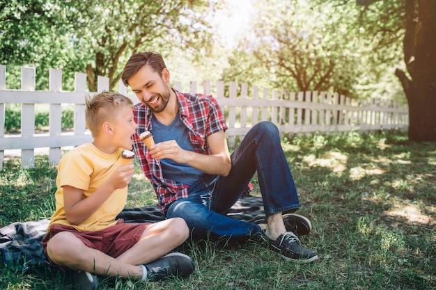 Mooie foto van twee jongens zitten op deken in park