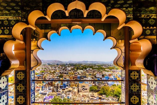 Mooie foto van udaipur vanuit het raam van city palace