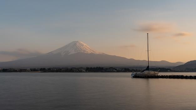 Mooie fuji-berg met fujisan-meer in kawaguchiko, japan in schemeringtijden