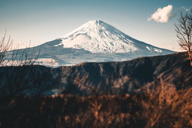 Mooie fuji-berg met sneeuw die op de bovenkant in de wintertijd in japan wordt behandeld