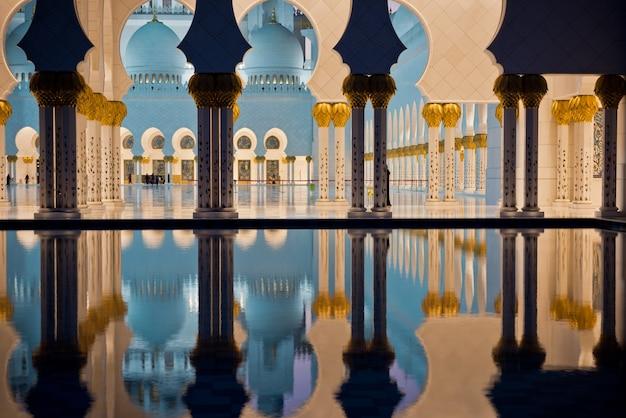 Mooie galerij van de beroemde sheikh zayed white mosque in abu dhabi, verenigde arabische emiraten 's nachts