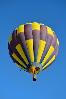 Mooie geelblauwe heteluchtballon