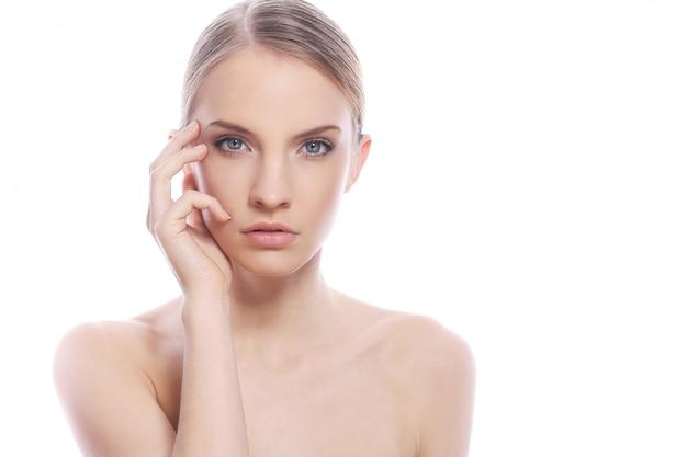 Mooie geïsoleerde vrouw met schoon gezicht