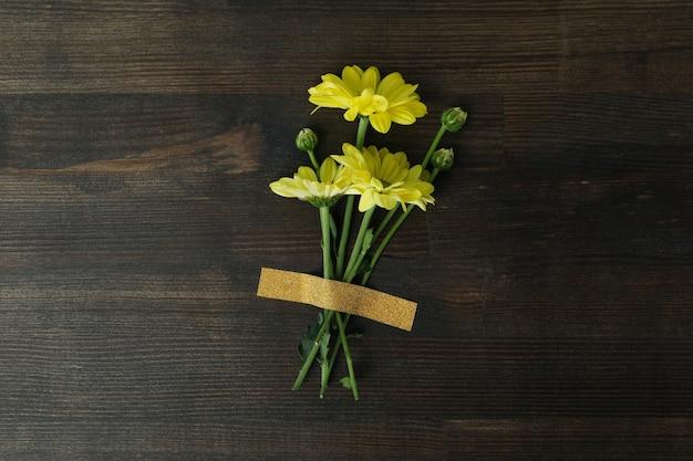 Mooie gele chrysanten geplakt op houten achtergrond.
