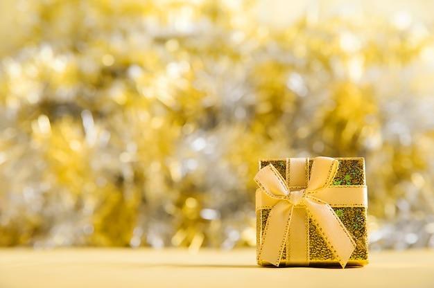 Mooie gele doos met een boog met kopie ruimte