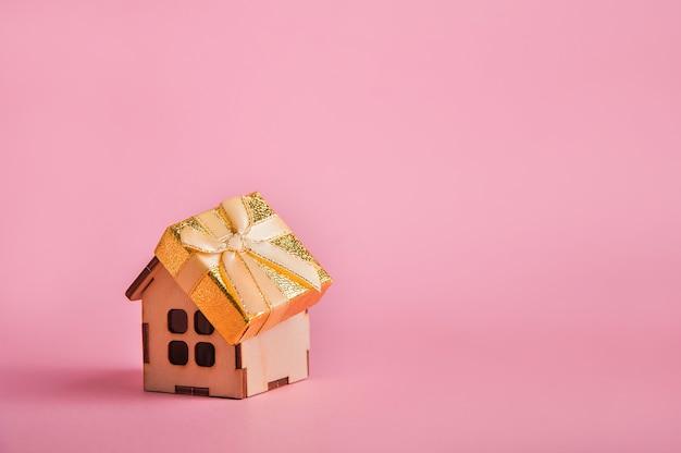 Mooie gele doos met een strik op een houten huis