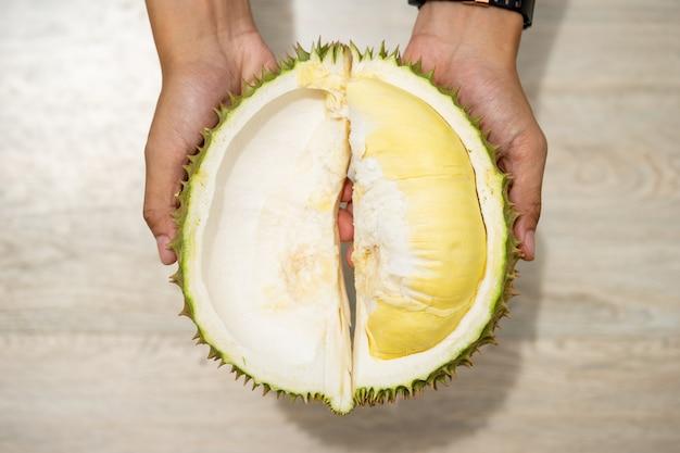 Mooie gele durian, klaar om te eten in de handen van consumenten