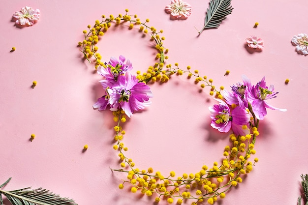 Mooie gele mimosa bloemen en groen blad. internationale vrouwendag concept.
