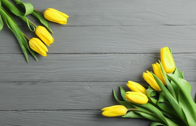 Mooie gele tulp bloemen op houten. ruimte voor tekst