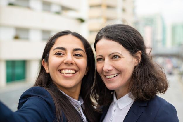 Mooie gelukkig zakenvrouwen