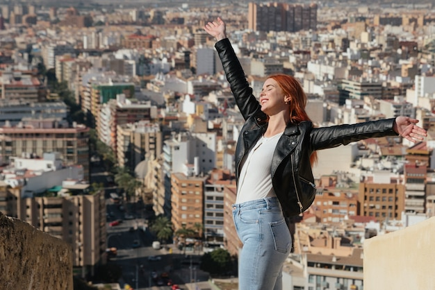 Mooie gelukkige en jonge vrouw geniet van het uitzicht op de stad