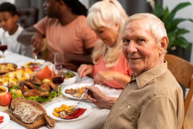 Mooie gelukkige familie die samen een leuk thanksgiving-diner heeft