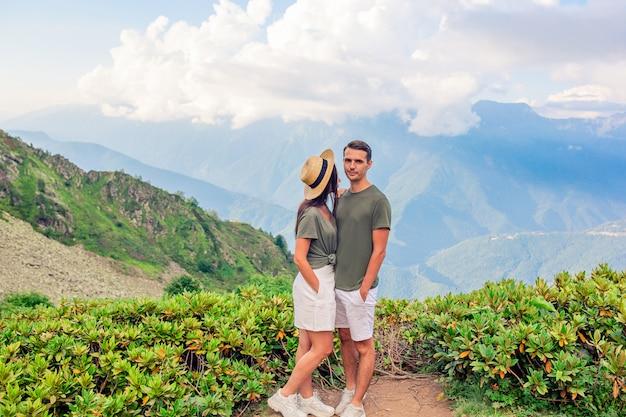 Mooie gelukkige familie in bergen op de achtergrond van mist