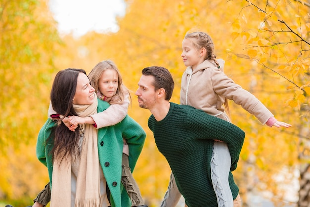 Mooie gelukkige familie in herfstdag buitenshuis