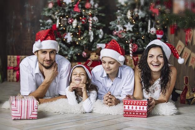 Mooie gelukkige familie moeder vader zoon en dochter om samen kerstmis thuis te vieren