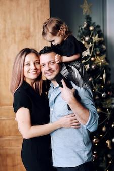 Mooie gelukkige grote familie in en kerstmistijd die samen thuis glimlachen spelen
