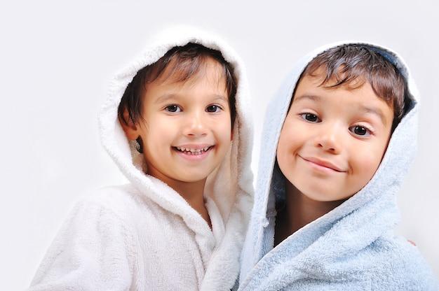 Mooie gelukkige jeugd in gewaad, geïsoleerd