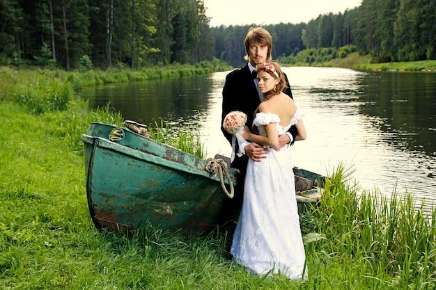 Mooie gelukkige jonge bruid en bruidegom
