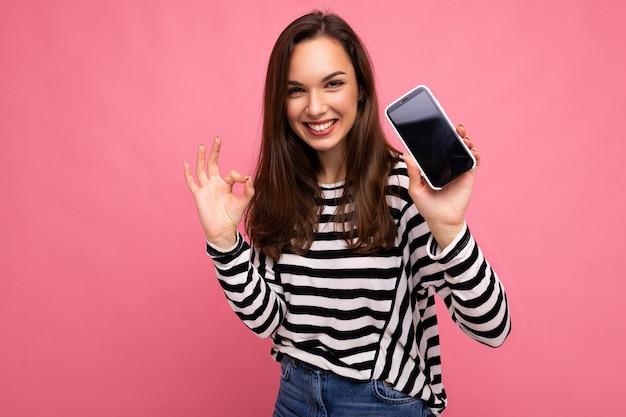 Mooie gelukkige jonge vrouw die gestreepte sweater draagt