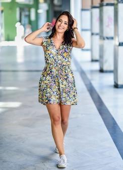 Mooie gelukkige jonge vrouw met blauwe ogen die in openlucht glimlachen