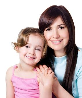 Mooie gelukkige moeder met weinig vrij glimlachende dochter