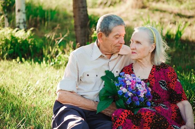 Mooie gelukkige oude mensen die in het park zitten.