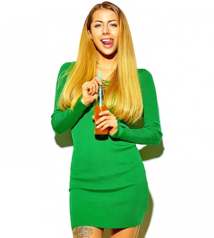 Mooie gelukkige schattige blonde vrouw meisje in casual hipster zomer kleding zonder make-up