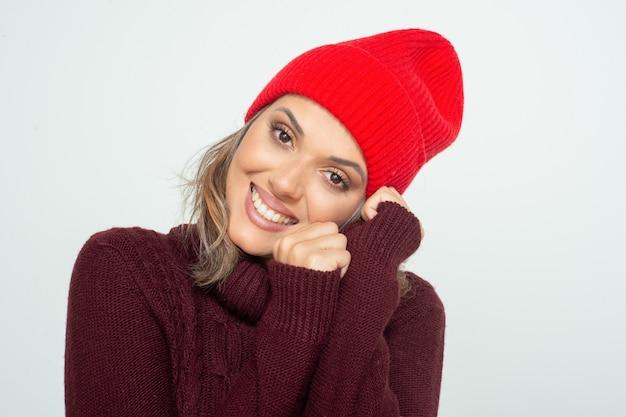 Mooie gelukkige vrouw in rode hoed