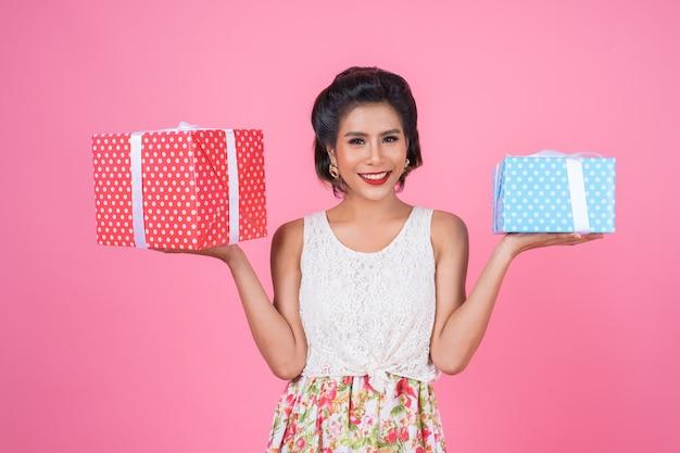 Mooie gelukkige vrouw met de doos van de verrassingsgift