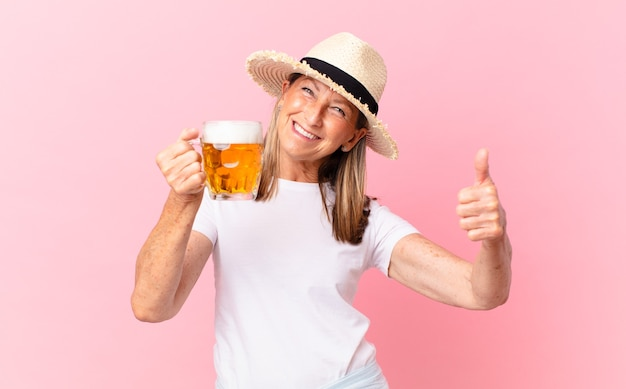 Mooie gepensioneerde vrouw van middelbare leeftijd die een biertje drinkt op vakantie