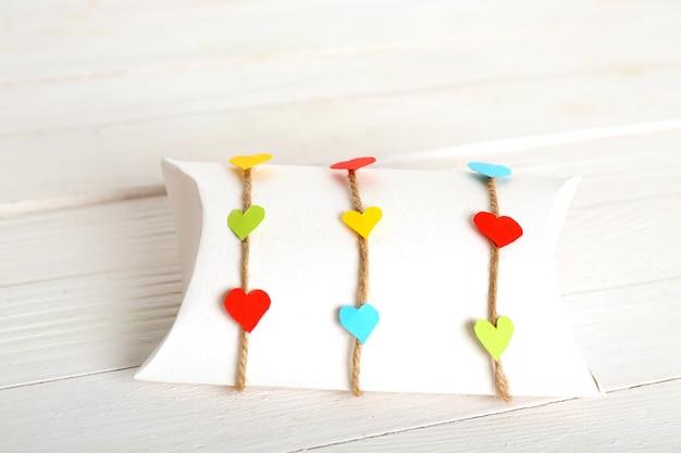 Mooie geschenkdoos op houten tafel. valentijnsdag concept