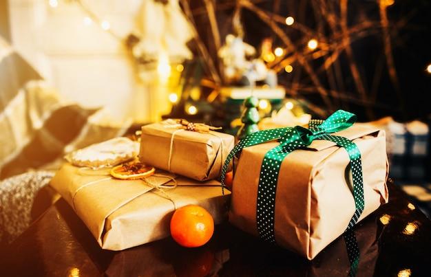 Mooie geschenken met een thema liggen op houten tafel