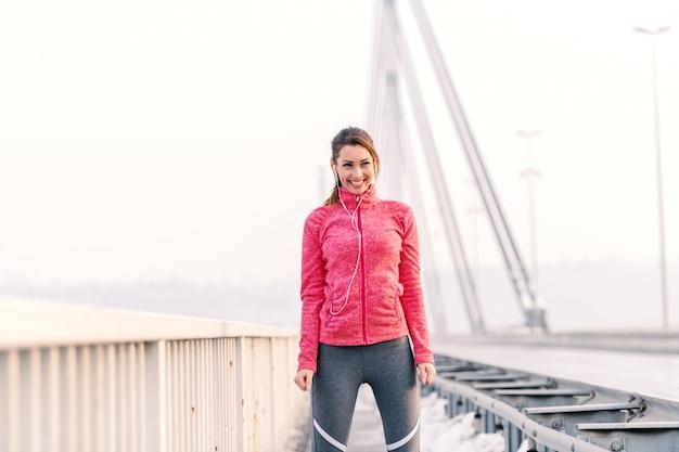 Mooie geschiktheidsvrouw die bij de winterochtend genieten van. winter fitness concept.