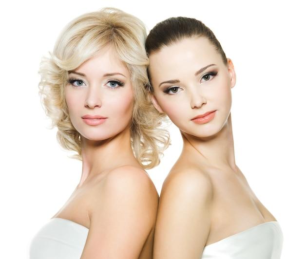 Mooie gezichten van de mooie sexy jonge volwassen vrouwen die zich voordeed op wit