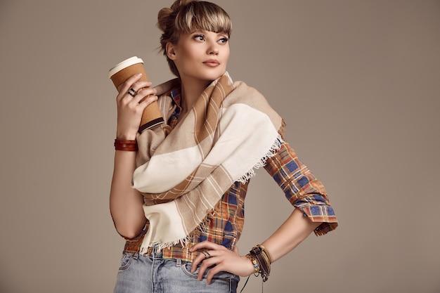Mooie glamour blonde hippie vrouw met koffiekopje