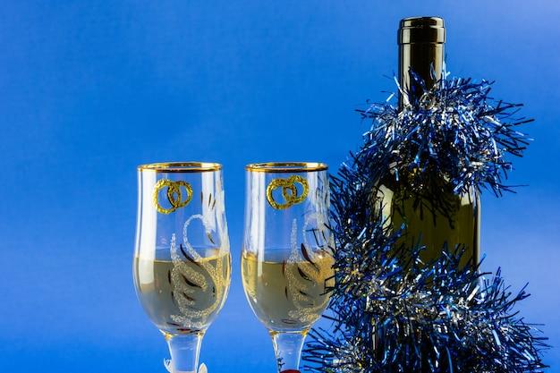 Mooie glazen met wijn op een blauwe achtergrond.