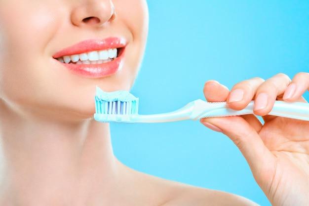 Mooie glimlach gezonde witte tanden.