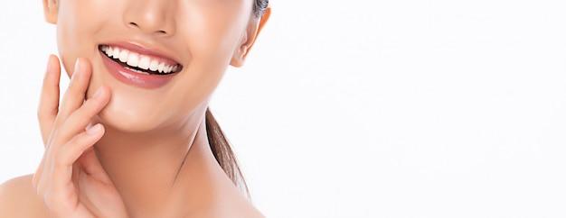 Mooie glimlach jonge vrouw. witte tanden