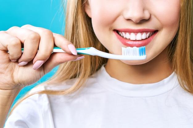 Mooie glimlach met witte tanden