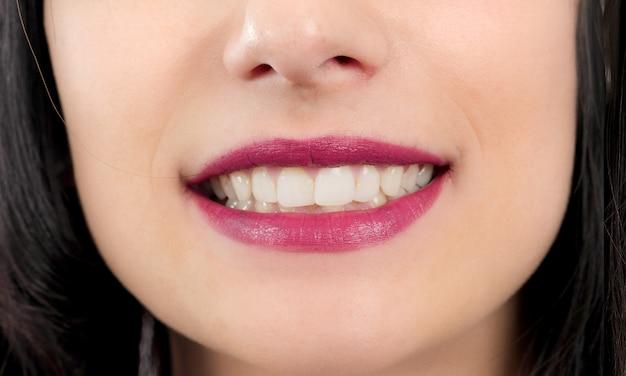 Mooie glimlach op vrouwen dichte omhooggaand
