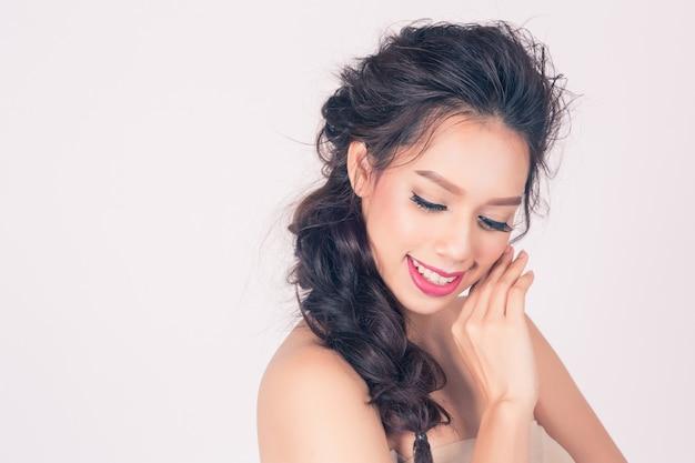 Mooie glimlach vrouw met schone huid voor huidverzorging