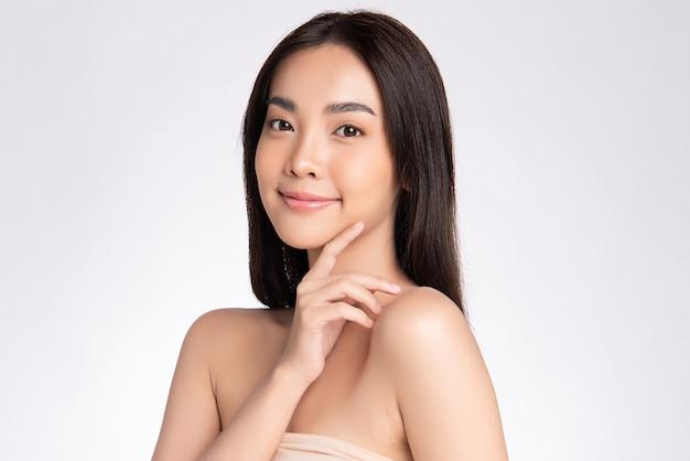 Mooie glimlachende jonge aziatische vrouw met schone huid natuurlijke samenstelling